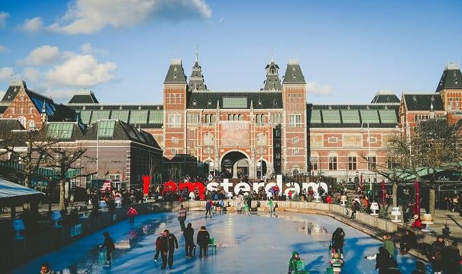 Patinar no gelo é uma das coisas imperdíveis para fazer em Amsterdam no inverno.